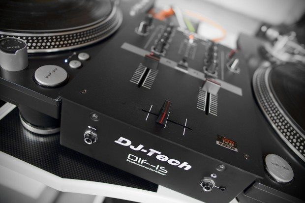 DJ Tech DIF-1S Scratch Mixer with mini innofader review (11)