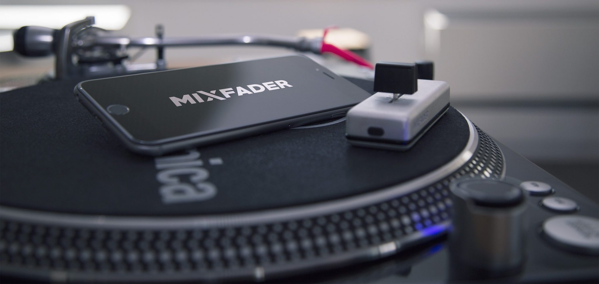 VIDEOS: Using the bluetooth Mixfader with turntables 10